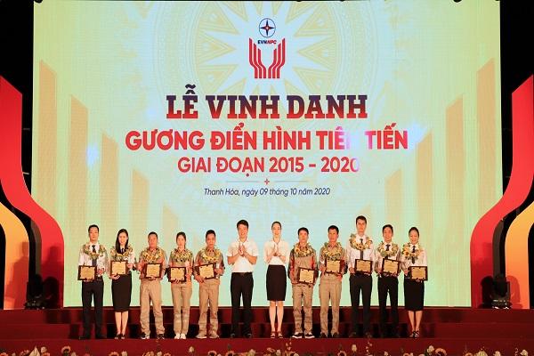 Bà Đỗ Nguyệt Ánh - Tổng Giám đốc và ông Trịnh Quang Minh - Chủ tịch Công đoàn Tổng công ty trao tặng cho 10 cá nhân có thành tích xuất sắc