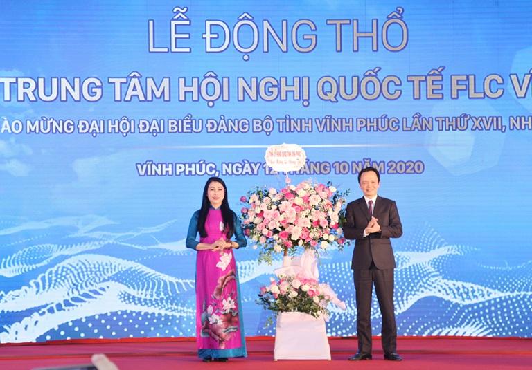 Bí thư Tỉnh ủy Hoàng Thị Thúy Lan tặng hoa chúc mừng Tập đoàn FLC. Ảnh: Khánh Linh