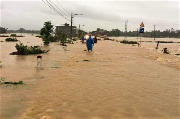 Một số đoạn, tuyến đường trên địa bàn tỉnh Quảng Nam bị nước lũ chia cắt.
