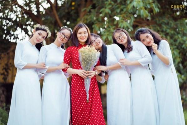 Cô Trần Dung (áo dài đỏ) bên các trò thuộc đội tuyển học sinh giỏi quốc gia môn Sinh học năm 2020