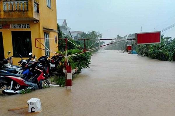 Đường ray đoạn qua một số tỉnh miền Trung bị ngập nước do mưa lũ lớn nên không thể tổ chức chạy tàu.