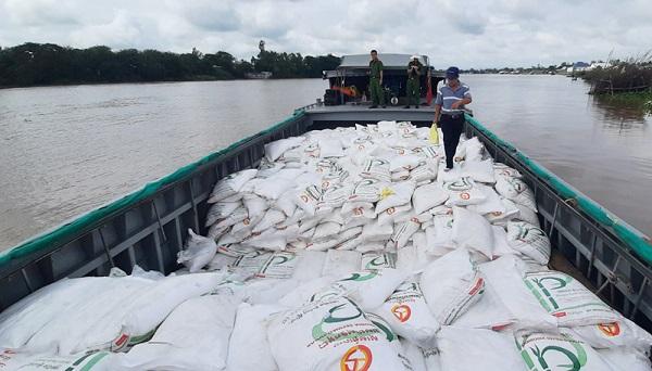 Chiếc ghe chở 100 tấn đường cát nghi nhập lậu từ Campuchia về Việt Nam