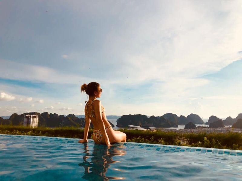 Từ bể bơi vô cực FLC Hạ Long, bạn có thể ngắm trọn vẻ đẹp của phong cảnh Vịnh (Ảnh: Chi Tran)