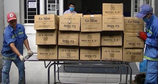 Ngày 25.9 vừa qua, thanh tra Sở Y tế Đồng Nai phối hợp cùng Phòng Cảnh sát kinh tế Công an tỉnh Đồng Nai tiêu hủy hơn 130 nghìn hộp mỹ phẩm kem tan mỡ Go slim hot body Massange cream collagen thành phẩm.