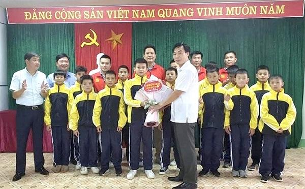 Lãnh đạo sở Văn hóa Thể thao và Du lịch tặng hoa chúc mừng và động viên toàn đội trước khi tham gia vòng Chung kết.