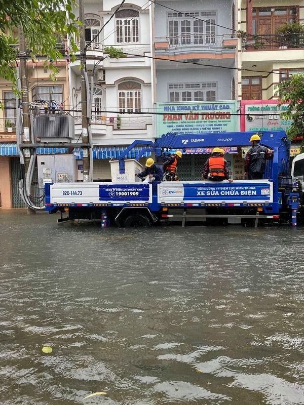 khôi phục cung cấp điện cho khách hàng bị ảnh hưởng bởi mưa lũ tại miền Trung