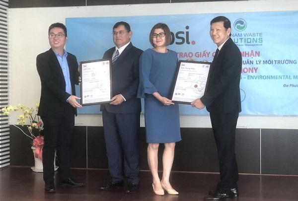 Ông Trần Anh Tuấn (bên trái), GĐ Tiếp thị của BSI trao hệ thống quản lý chất lượng ISO 9001 - 2015 và hệ thống quản lý môi trường ISO 14001-2015 cho đại diện VWS