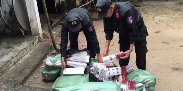 Lực lượng Liên ngành chống buôn lậu trên tuyến biên giới tỉnh An Giang thuộc tổ Tịnh Biên đang kiểm đếm tang vật sự việc