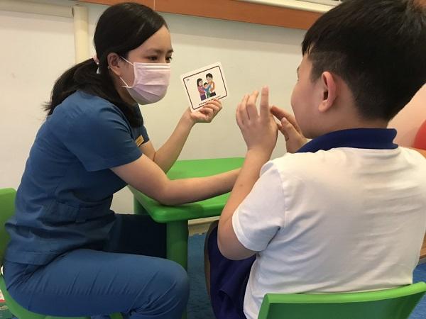 Trẻ được đánh giá trước và sau khi điều trị bởi các cô giáo chuyên sâu giáo dục đặc biệt, không phải thành viên nhóm nghiên cứu để đảm bảo kết quả khách quan