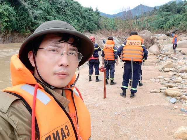 Đội ngũ Công an tỉnh TT Huế đi ngược lên sông Bồ tiếp cận Rào Trăng