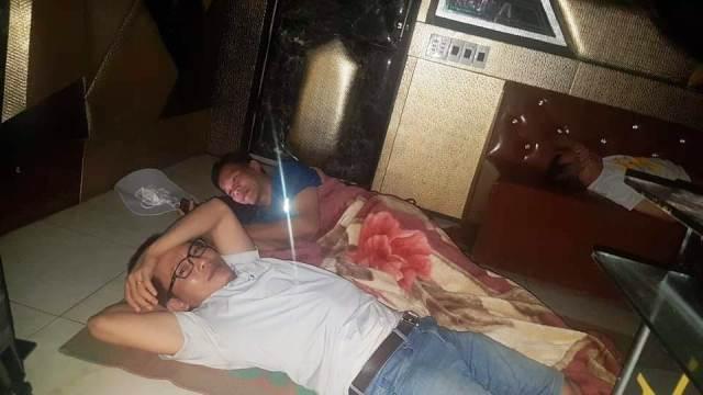 Phóng viên báo chí ăn, ngủ tại chỗ chờ thông tin