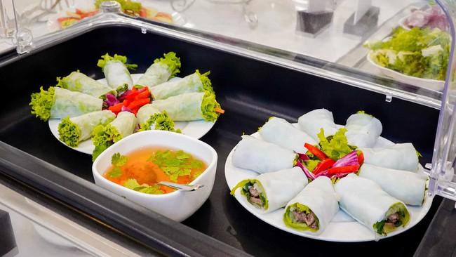 Các món ăn trong phòng chờ đều được chọn lựa và chế biến theo tiêu chuẩn khắt khe, đảm bảo an toàn và có lợi cho sức khỏe.
