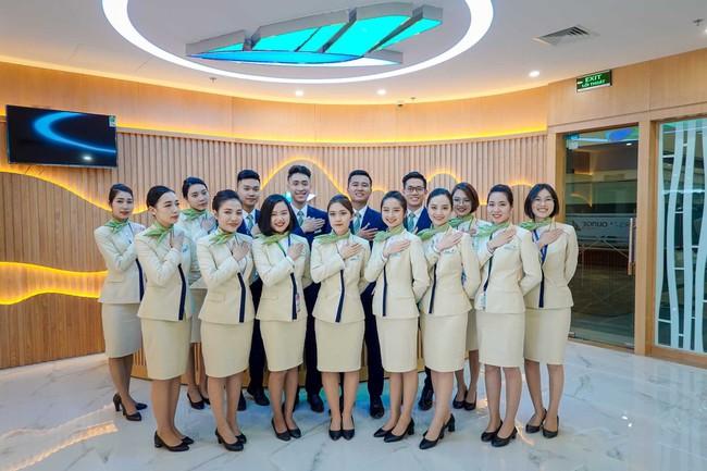 Đội ngũ nhân viên chuyên nghiệp, hiếu khách của Bamboo Airways tại phòng chờ hạng thương gia hứa hẹn đem tới cho khách hàng những trải nghiệm hài lòng nhất.