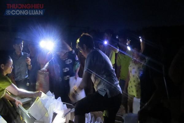 TS Trương Chí Hiếu trực tiếp trao các phần quà đến tay các hộ dân