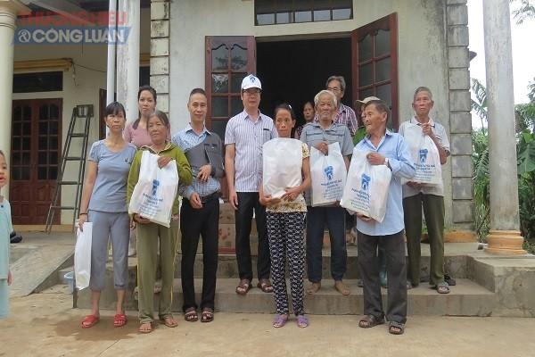 Các phần quà do công đoàn viên phát động quyên góp cũng được trao tới tận tay người dân vùng càng, Hải Lăng