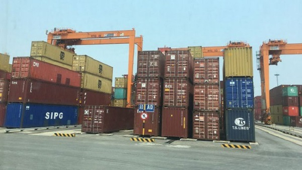 Những container hàng nhập khẩu được tập kết tại cảng Đình Vũ