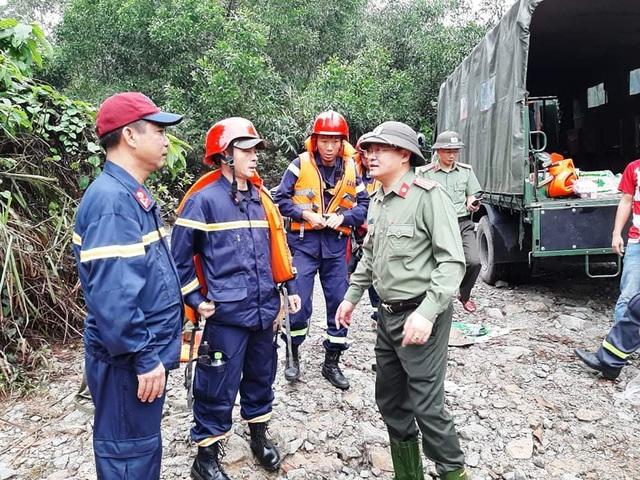 Thượng tá Nguyễn Thanh Tuấn- Giám đốc Công an TT Huế đang dặn dò CBCS trước khi lên đường vào Rào Trăng