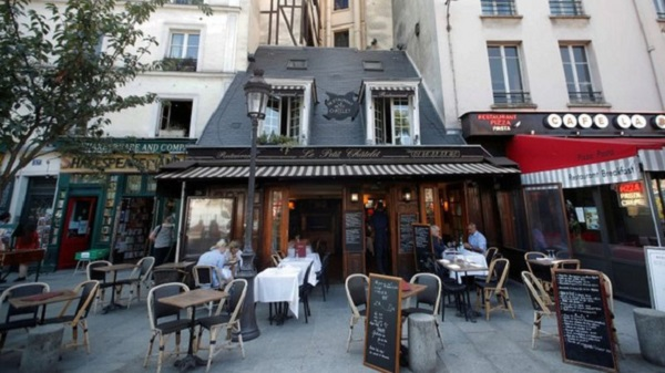 Các nhà hàng ở Paris vẫn được phép mở cửa nếu tuân thủ nghiêm các quy định chống dịch bệnh Covid-19 (Ảnh: Reuters)