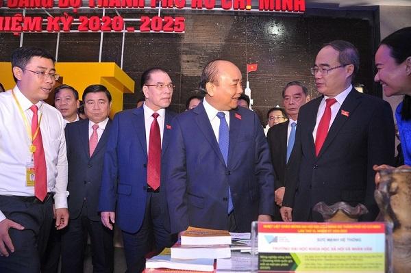 Thủ tướng Nguyễn Xuân Phúc cùng các lãnh đạo tham quan khu triển lãm tại Đại hội.