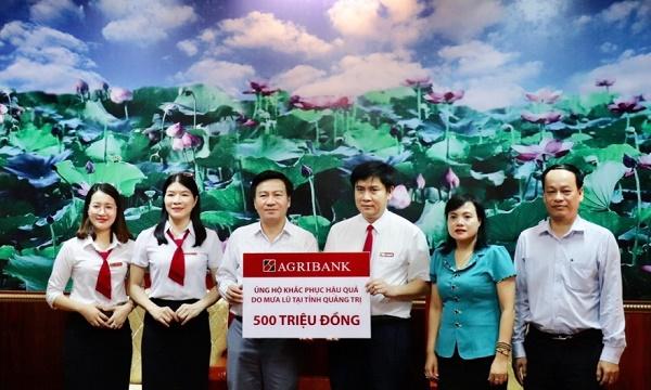 Đại diện Agribank Quảng Trị trao số tiền Agribank ủng hộ đồng bào bị ảnh hưởng lũ lụt tại tỉnh Quảng Trị