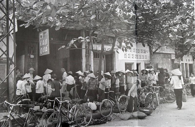 Hình ảnh người dân Việt Nam xếp hàng mua rau quả bên những chiếc xe đạp Phượng Hoàng vào những năm 1980.