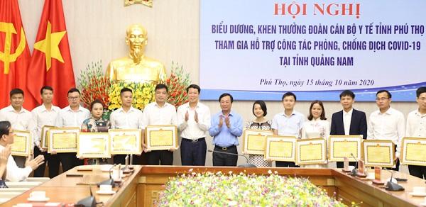 Các đồng chí lãnh đạo tỉnh tặng bằng khen của UBND tỉnh cho các y bác sĩ và điều dưỡng hoàn thành xuất sắc nhiệm vụ hỗ trợ nhân dân Quảng Nam phòng, chống dịch COVID - 19.