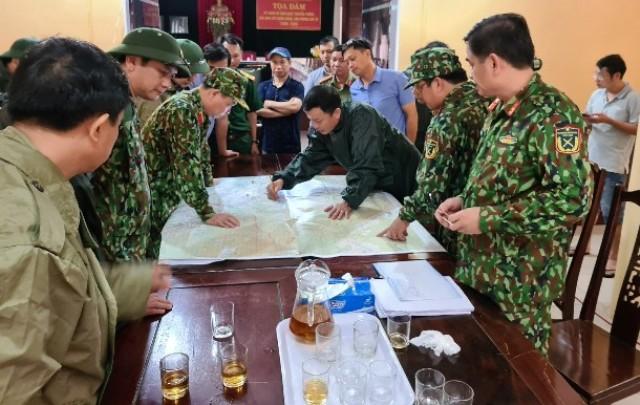 Hình ảnh cuối cùng của đoàn công tác bán phương án cứu nạn (anh Phạm Văn Hướng đội mũ xanh, vòng tay ở giữa)