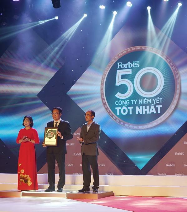 Đại diện PV GAS nhận vinh danh từ Forbes Việt Nam
