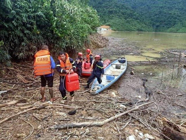 Đoàn công tác của Công an tỉnh TT Huế lên Rào Trăng 3 (ảnh Trần Hồng)