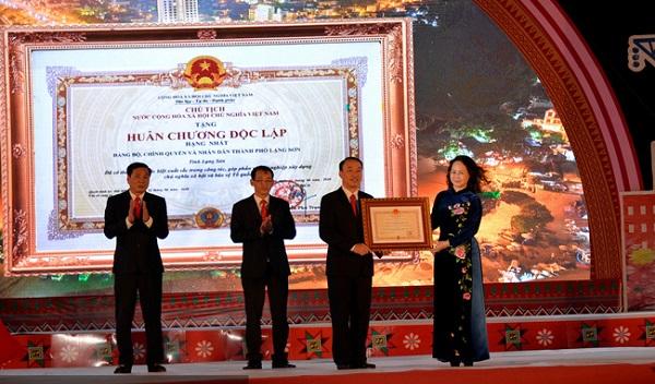 Thừa uỷ quyền của Chủ tịch nước, Bí thư Tỉnh ủy Lạng Sơn, Lâm Thị Phương Thanh trao Huân chương Độc lập hạng Nhất cho đại diện lãnh đạo TP Lạng Sơn