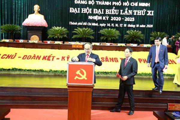 Các đại biểu bỏ phiếu bầu Ban chấp hành Đảng bộ TP ngày 17/10.