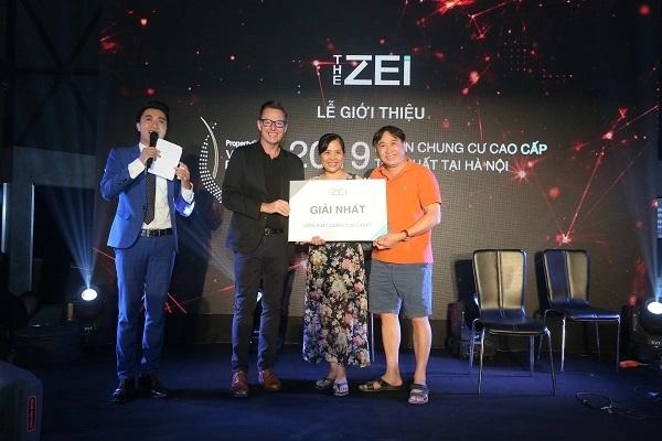 Vợ chồng ông Nguyễn Quang Vinh – chủ căn hộ A12.03 đã nhận được viên kim cương 0,52 carat trị giá 68,9 triệu đồng tại buổi lễ giới thiệu dự án tại nhà mẫu The Zei