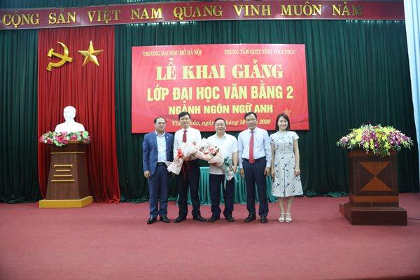 Thay mặt tập thể lớp văn bằng 2 ngành Ngôn ngữ Anh học viên Lê Hồng Trung tặng hoa cho hai nhà trường