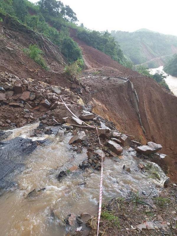 Tuyến đường ở Hướng Hoá bị lũ cuốn tan (Ảnh: VietNamNet)