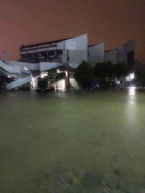 Chợ Đông Hà (TP Đông Hà) đang chìm sâu trong nước