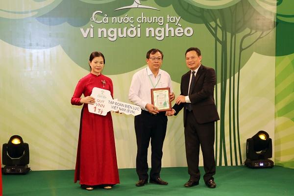 """Phó Tổng giám đốc EVN Phạm Hồng Phương (đứng giữa) trao tặng biểu trưng 1 tỉ đồng của EVN cho Quỹ """"Vì người nghèo"""""""