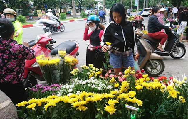 Gần đến 20/10, giá hoa tươi tăng mạnh gấp đến 2 lần