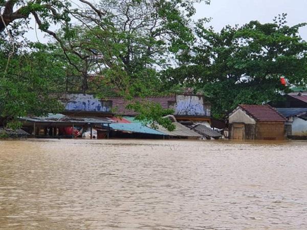 Nước lụt ngập tới mái chợ Phò Trạch (xã Phong Bình, huyện Phong Điền, Thừa Thiên Huế) chiều 17/10