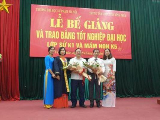 Thay mặt tập thể lớp học viên Nguyễn Thị Nhật Thu tặng hoa cho hai nhà trường