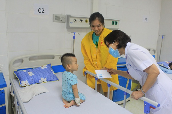 Bs.CKII.Lê Thị Minh Châu - Trưởng khoa ĐTTN - PGĐ Bệnh viện thăm hỏi và trao quà cho những bệnh nhân đầu tiên tại Khoa