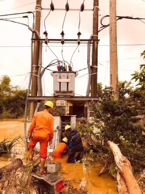 Các Công ty Điện lực đã chủ động sa thải phụ tải do ngập nước, giảm 317 trạm so với sáng 18/10.