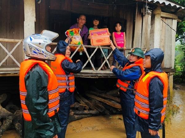 Lực lượng chức năng cứu trợ mì tôm cho dân vùng lũ