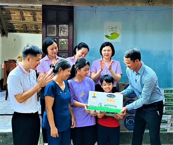 Ông Ngô Công Thắng, Giám đốc Nhà máy sữa Vinamilk Nghệ An đại diện công ty và Quỹ sữa Vươn cao Việt Nam thăm hỏi gia đình và trao tặng học bổng trị giá 50 triệu đồng để hỗ trợ chị em Đạt.