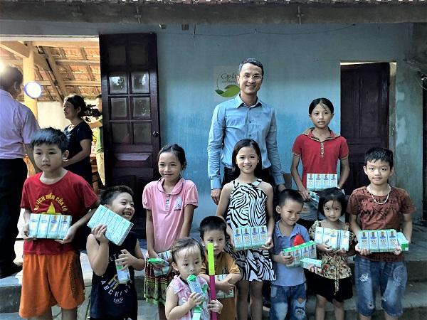 Các bạn nhỏ trong xóm đến chung vui đã cùng nhận quà từ Giám đốc Nhà máy sữa Vinamilk tại Nghệ An