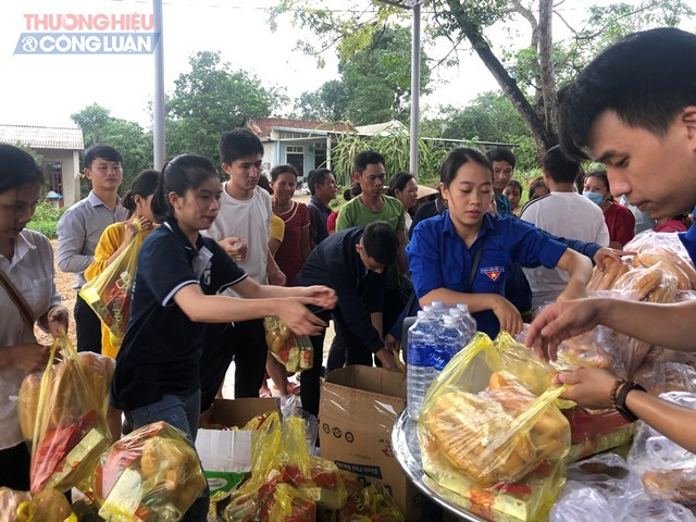 Các đoàn viên sinh viên đóng gói lương thực cứu trợ người dân