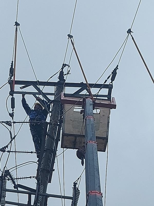 Công nhân Điện lực Cẩm Xuyên khắc phục xử lý sự cố