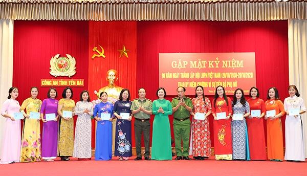Đại diện Hội liên hiệp phụ nữ tỉnh trao tặng kỷ niệm chương Vì sự phát triển của Phụ nữ Việt Nam cho Hội viên hội phụ nữ Công an tỉnh.