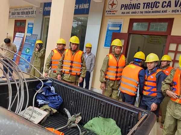 Khắc phục lũ lụt để cấp điện trở lại sớm nhất cho nhân dân