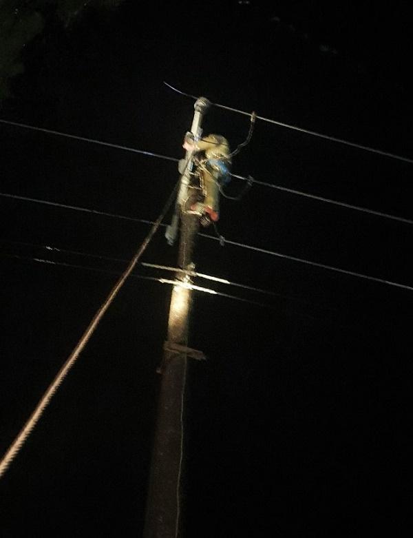 Công nhân Điện lực Kỳ Anh xử lý sự cố trong đêm