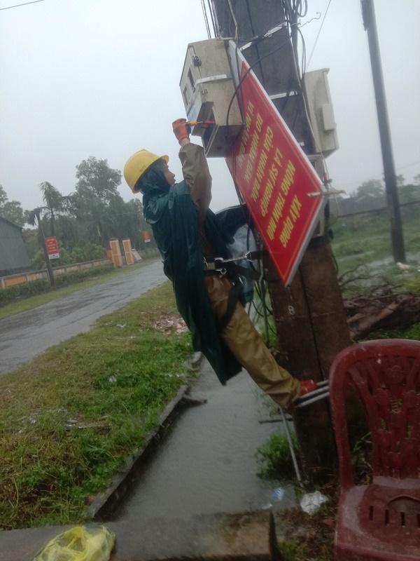 Công nhân Điện lực Lộc Hà kiểm tra xử lý sự cố mất điện cho khách hàng